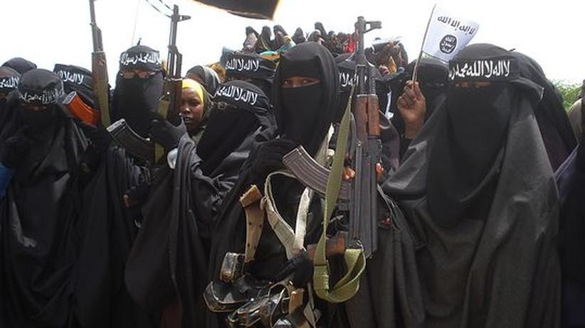 Schwer bewaffnete somalische Frauen während einer von der Terrororganisation Al-Shabaab organisierten Demonstration