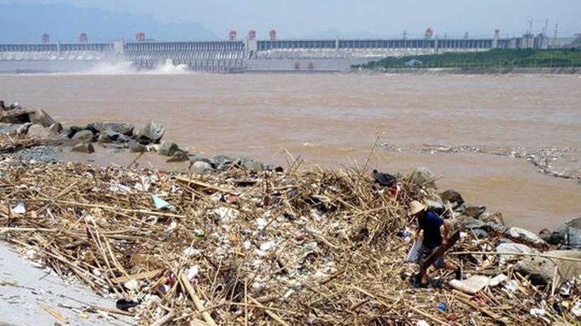 Am Drei-Schluchten-Staudamm bei Yichang (China): Ein Arbeiter beseitigt Müll aus dem Jangtse-Fluss