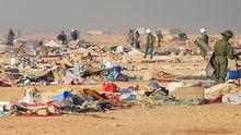 Marokkanische Polizisten streifen durch die Reste des aufgelösten Protestlagers. Mindestens fünf Personen starben bei den folgenden Unruhen