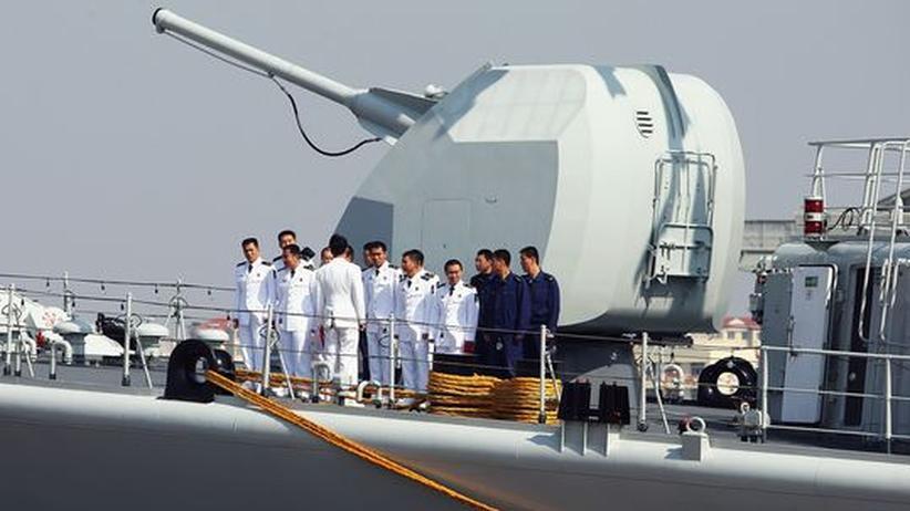 Kriegsschiff der chinesischen Volksarmee im Hafen von Qingdao