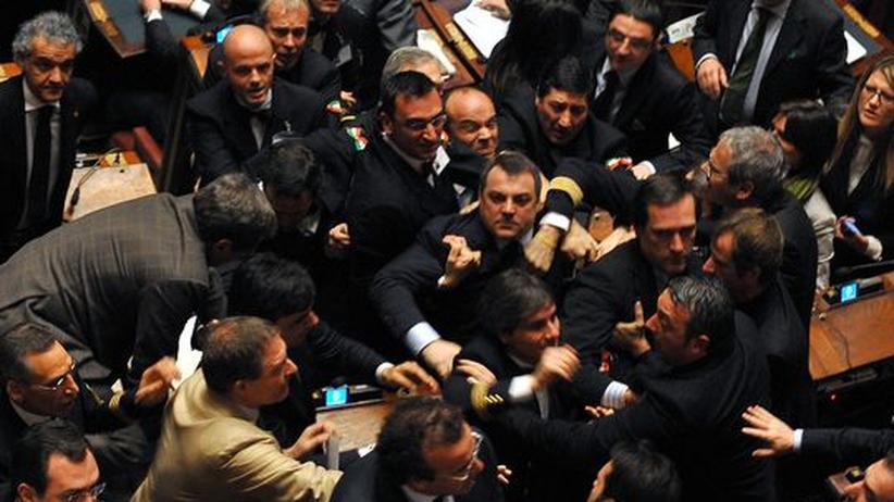 Nach der Vertrauensfrage brachen im Parlament Tumulte aus