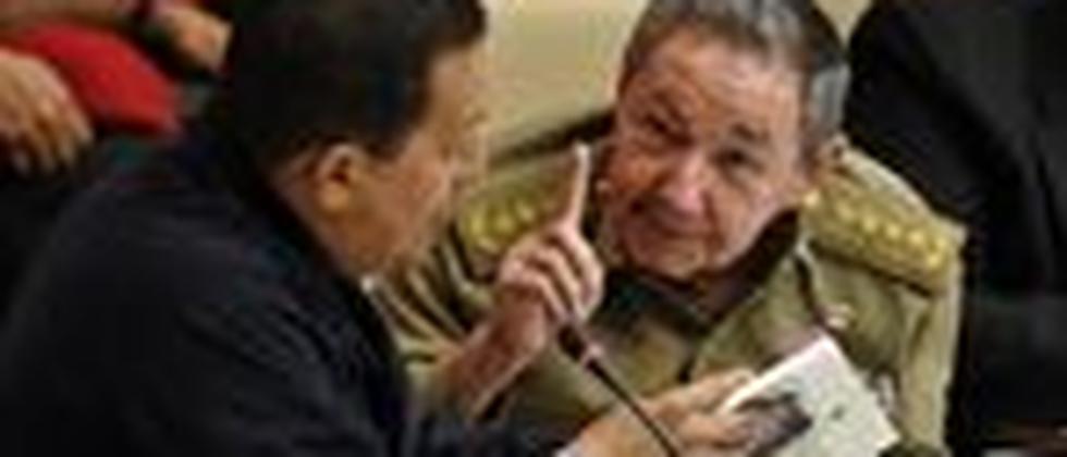 Kubas Praesident Raul Castro und Venezuelas Praesident Hugo Chavez pflegen den Austausch