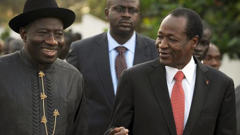 Machtkampf: Der nigerianische Präsident Goodluck Jonathan (l.) spricht am Rande eines Ecowas-Sondergipfels mit seinem Amtskollegen Blaise Compaore aus Burkina Faso