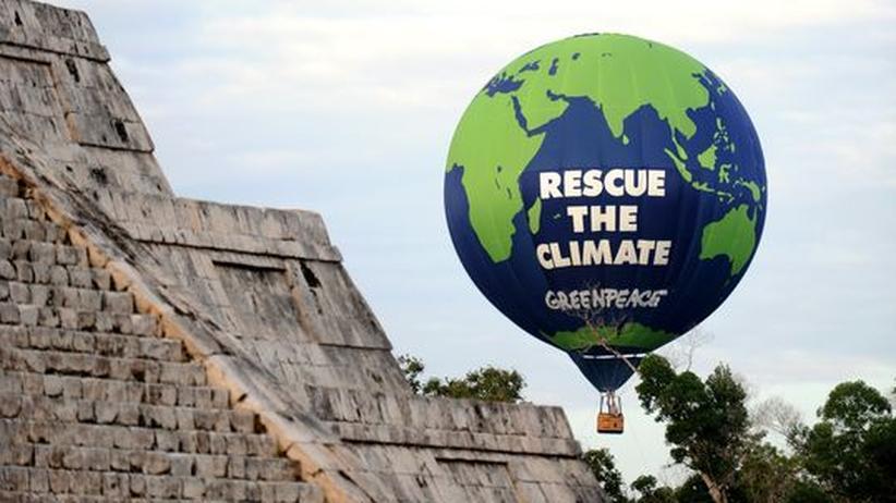 Ein Greenpeace-Ballon an der Kukulkan-Pyramide in Yucatan, Mexico