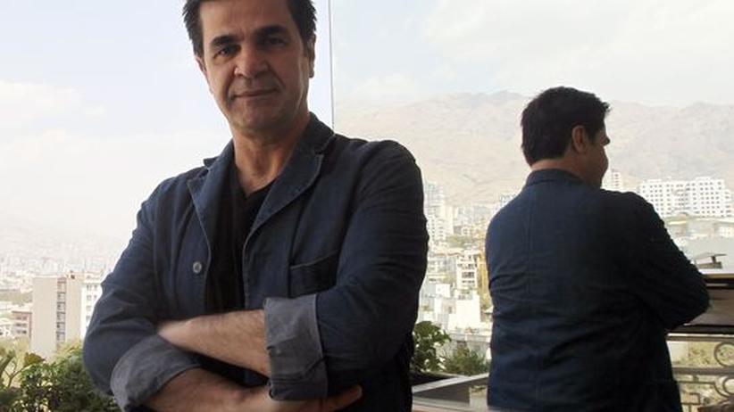Iranischer Regisseur Pahani: Der iranische Filmemacher Jafar Panahi auf einem Balkon in Teheran während eines Interviews