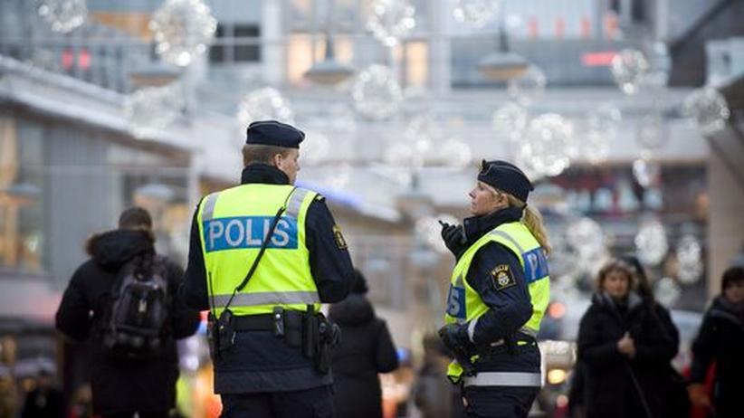 Schwedische Polizisten patrouillieren in Stockholm. Für die Sicherheitsbehörden sind Anschläge wie in der schwedischen Hauptstadt kaum zu verhindern