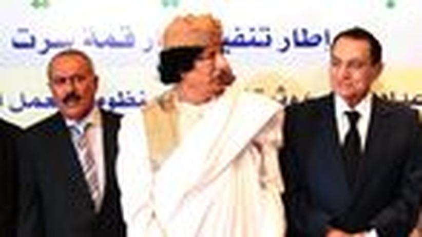 Arabien: Knüppel und Geschenke für die Unzufriedenen