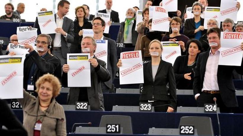 Grüne Abgeordnete des Europäischen Parlaments protestieren gegen Ungarns Mediengesetz während einer Rede von Viktor Orbán in Straßburg
