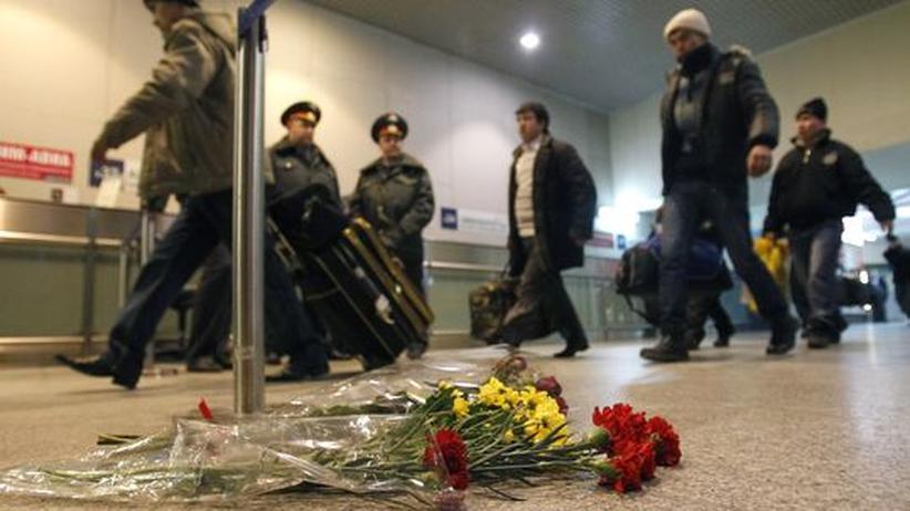 Blumen im Gedenken an die Opfer des Terroranschlages auf dem Flughafen Moskau-Domodeowo