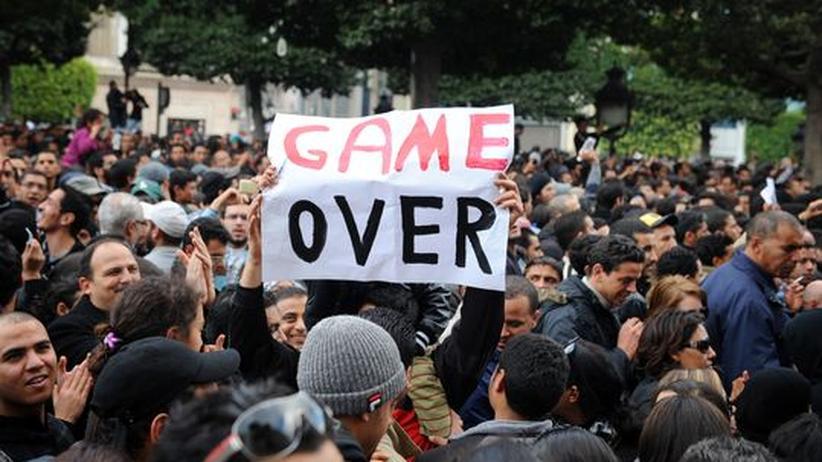 """Während der Proteste in Tunis am vergangenen Freitag: Ein Demonstrant hält ein Schild mit der Aufschrift """"Game Over"""" in die Höhe"""