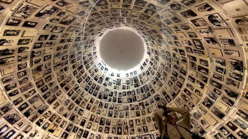 """Ein Tourist fotografiert die """"Halle der Namen"""" in der Gedächtnisstätte Jad Vashem in Jerusalem, Isreal"""
