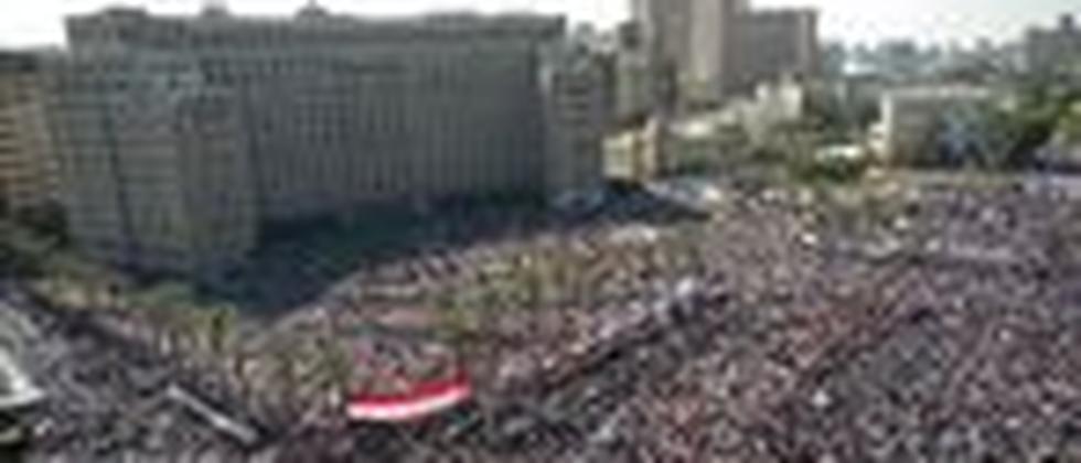 Auch nach dem Rücktritt von Präsident Mubarak versammeln sich Tausende Menschen auf dem Tahrir-Platz in Kairo