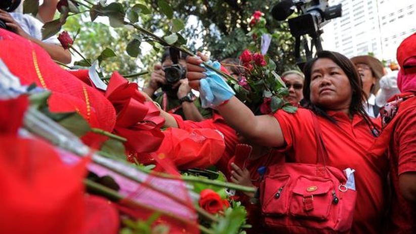 Thailand: Rothemden protestieren gegen Justiz-Apparat