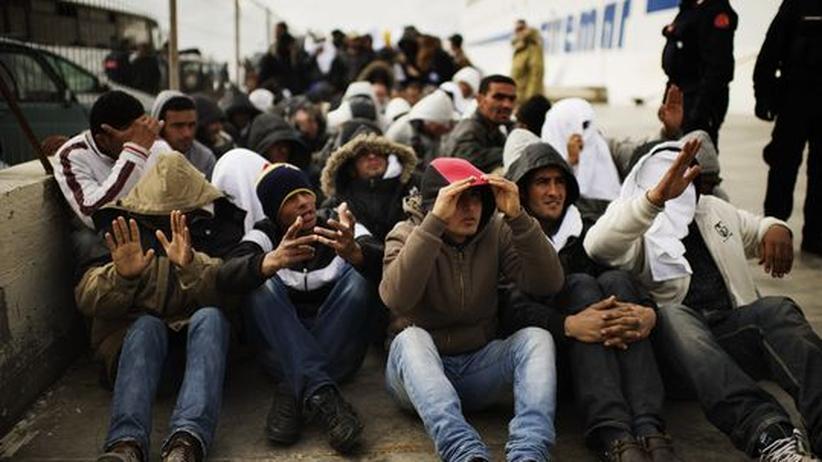 Tunesische Flüchtlinge nach ihrer Ankunft auf der italienischen Insel Lampedusa