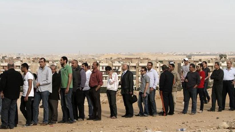 Ägypter stehen zur Abgabe ihrer Stimmen an
