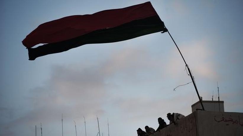 Libyen: Die Fahne der Aufständischen weht auf dem Justizpalast in Bengasi