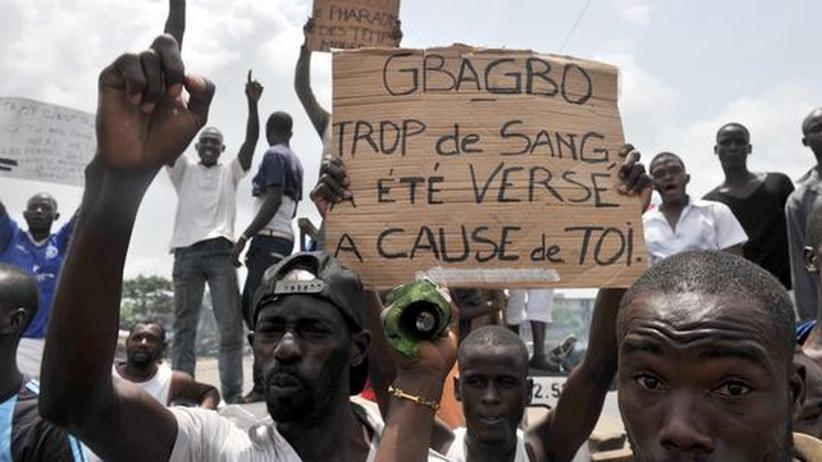 Demonstranten in Abidjan. Mutmaßliche Gbagbo-Soldaten hatten zuvor in eine Demonstration gefeuert und dabei sechs Frauen getötet.