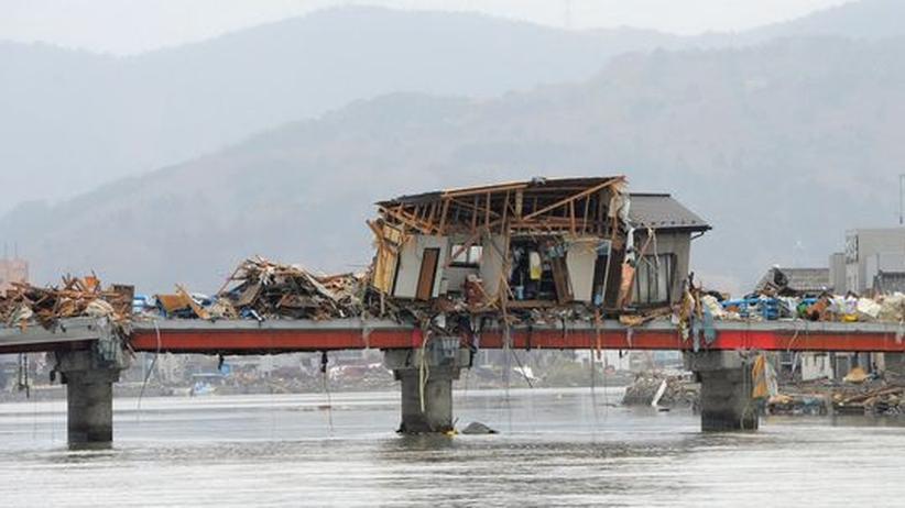 Ein Haus in Ishinomaki wurde von den Wassermassen des Tsunami auf eine Brücke gehoben.