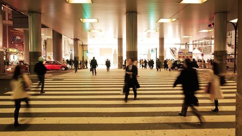Menschen in Shibuya, Tokyo einige Tage nach dem Erdbeben.