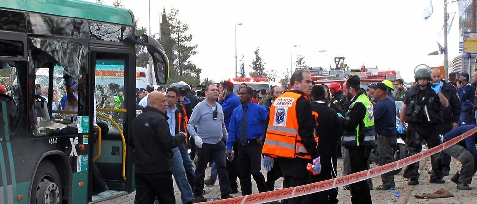 Rettungskräfte sammeln sich am Ort des Anschlags in Jerusalem.