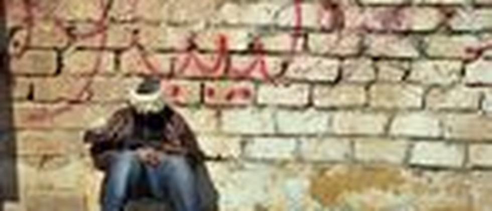 Ein libyscher Regime-Gegner ruht sich an einem Kontrollpunkt nahe der Stadt Aschdabija aus.