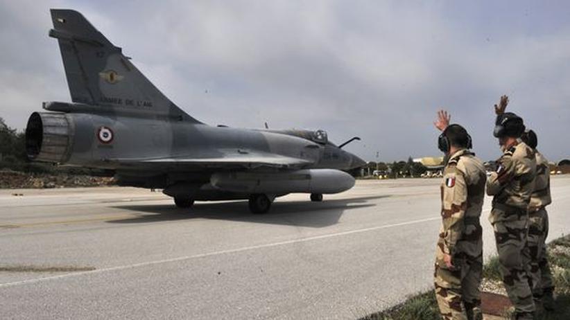 Französische Kampfjets starten von der Insel Kreta Richtung Libyen.
