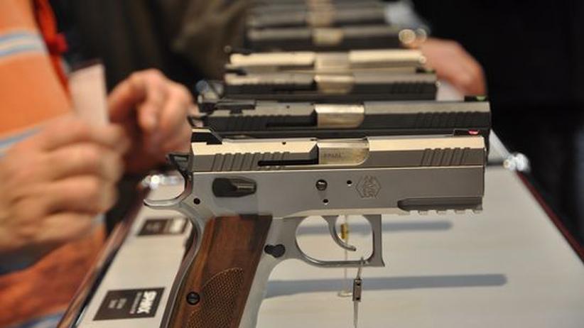 Handfeuerwaffen auf der Waffenmesse IWA & Outdoor Classics in Nürnberg.
