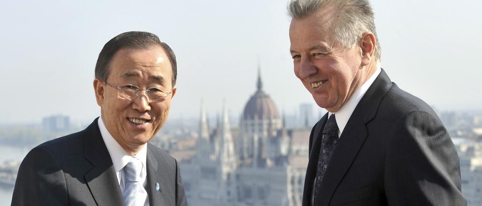 UN-Generalsekretär Ban Ki Moon auf der Terasse des ungarischen Präsidentenpalastes mit Präsident Pal Schmitt