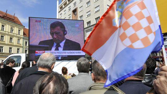 Die Urteilsverkündung wurde in Kroatien live im Fernsehen übertragen wie hier in Zagreb