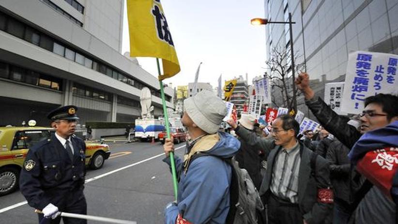 Fukushima: Japanische Atomkraftgegner demonstrieren vor der Tepco-Zentrale in Tokyo.