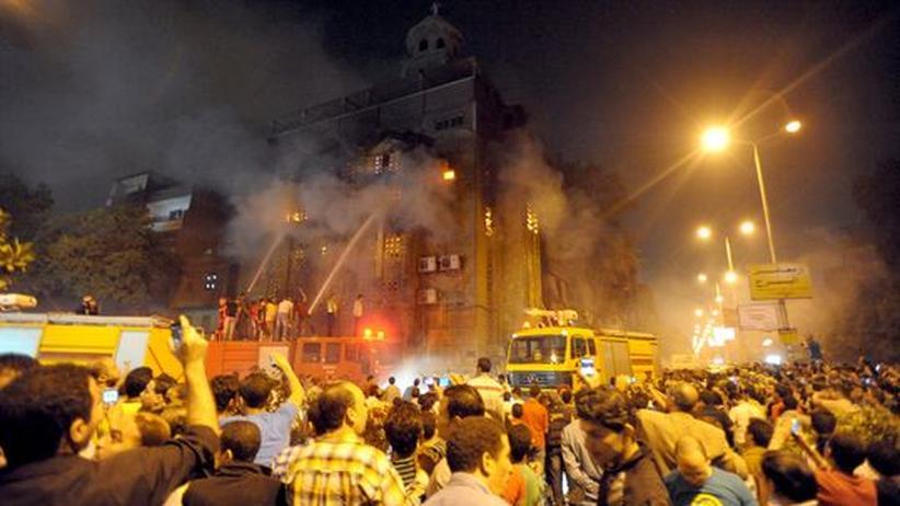 Ägypten: Die Feuerwehr löscht eine Kirche in Kairo, die bei Konflikten zwischen Muslimen und Christen in Brand gesetzt wurde
