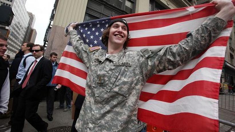 Tod von bin Laden: Ein US-Bürger, dessen Bruder in der Armee ist, feiert in New York den Tod von Osama bin Laden.
