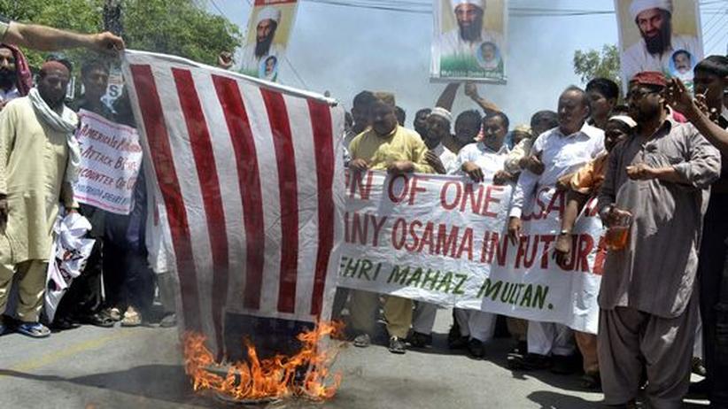 Osama bin Laden: Unterstützer Osama bin Ladens in Pakistan verbrennen eine amerikanische Flagge.