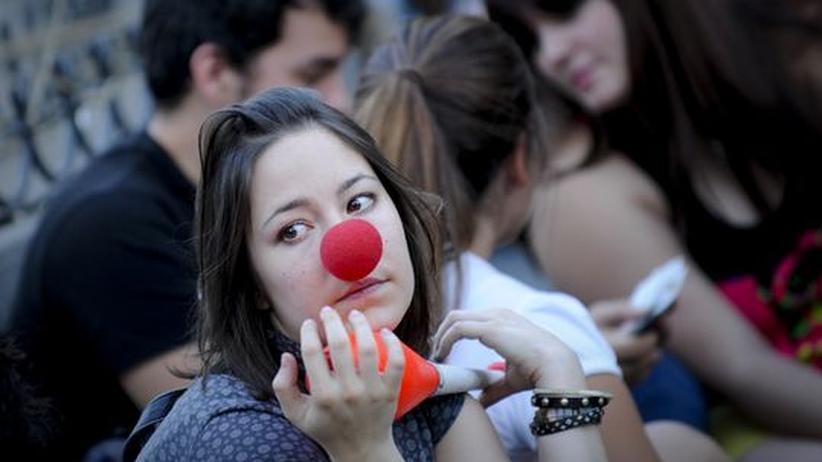 Spanien: Junge Menschen auf dem Puerto del Sol in Madrid