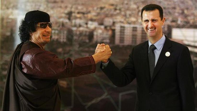 Arabische Revolten: Syriens Staatschef Baschar al-Assad (rechts) gibt Muammar al-Gadhafi die Hand (Archivbild vom 29.3.2008)