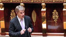 Der französische Sozialist Patrick Bloche spricht im Parlament.