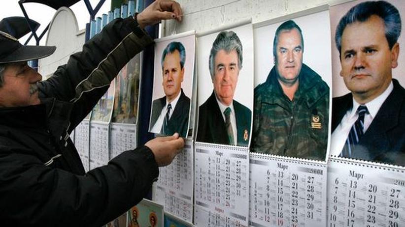 Kriegsverbrechen: Ein Straßenverkäufer aus Banja Luka bietet Kalender mit den Portraits des ehemaligen Serbischen Präsidenten Slobodan Milošević (links) und General Ratko Mladić (3. v.l.) an. (Archivbild)