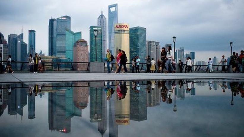 Finanzkrise: Fußgänger vor dem Geschäftsviertel in Shanghai, China