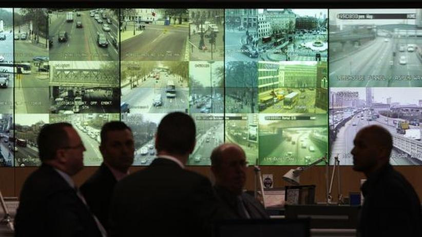 Londoner Polizisten vor Übertragungsschirmen des staatlichen Videoüberwachungssystems, im Zentralen Kommunikationsstab vor dem G20-Gipfel im März 2009