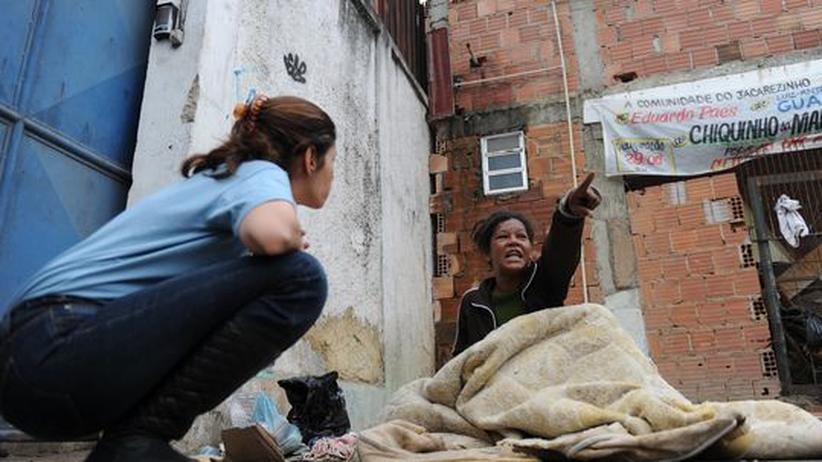 Drogen: Eine Sozialarbeiterin spricht in den Slums von Rio de Janeiro mit einer Drogenabhängigen.