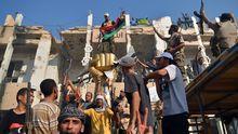 Rebellen feiern die Eroberung Tripolis'.