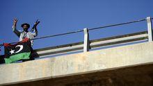 Ein Rebell auf der 27. Brücke, mehrere Kilometer außerhalb des Zentrums von Tripolis