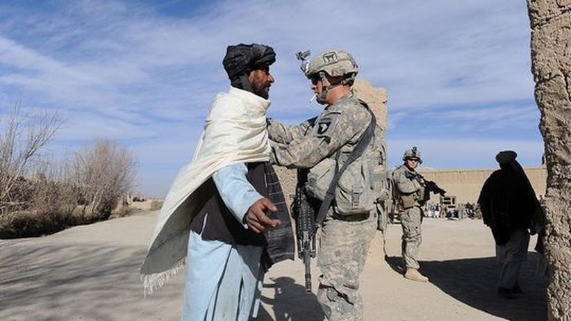 Entwicklungshilfe: Ein US-Soldat kontrolliert einen Afghanen in der Nähe von Bangi.