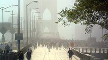 Nachdem der erste Turm des World Trade Center eingestürzt ist, fliehen Hunderte Menschen über die Brooklyn Bridge aus Manhattan.