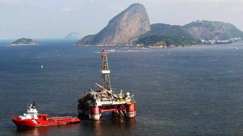Brasilien: Luftaufnahme einer Ölplattform in Guanabara Bay, Brasilien