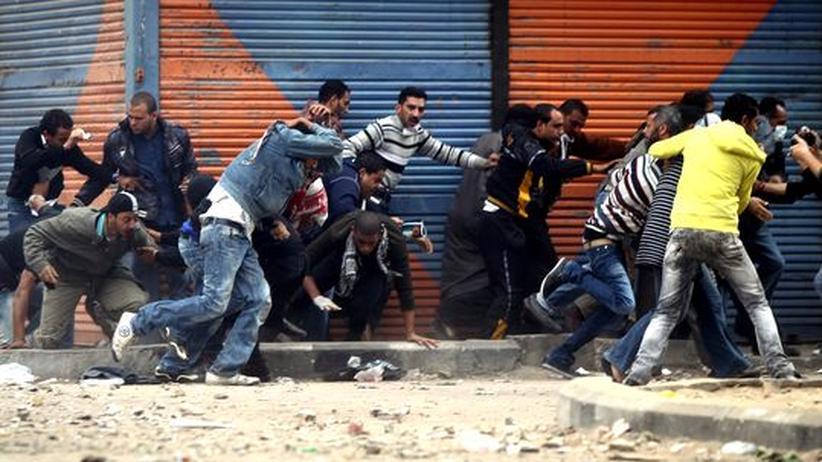 Straßenschlacht in Kairo: Demonstranten in Kairo fliehen vor einem Tränengas-Angriff der Polizei