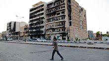 Ein Mann in den zerstörten Straßen von Misrata