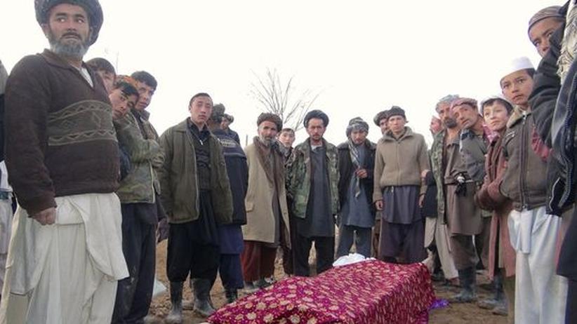 Afghanistan: Trauernde mit einem der Opfer des Anschlages in der afghanischen Provinz Tachar