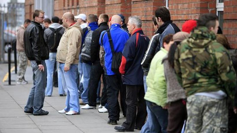 Schuldenkrise: Im irischen Limerick stehen Menschen vor dem Sozialamt an. (Archivbild)