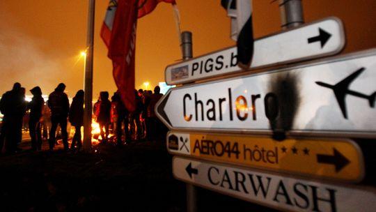 Menschen blockieren den Eingang zum Flughafen Charleroi, südlich von Brüssel.